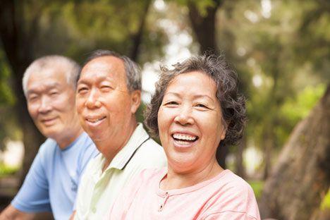 คนสูงอายุมีแนวโน้มจะดึงดูดกับสื่อเนื้อหาเชิงบวกมากกว่าหนุ่มสาว (shutterstock)