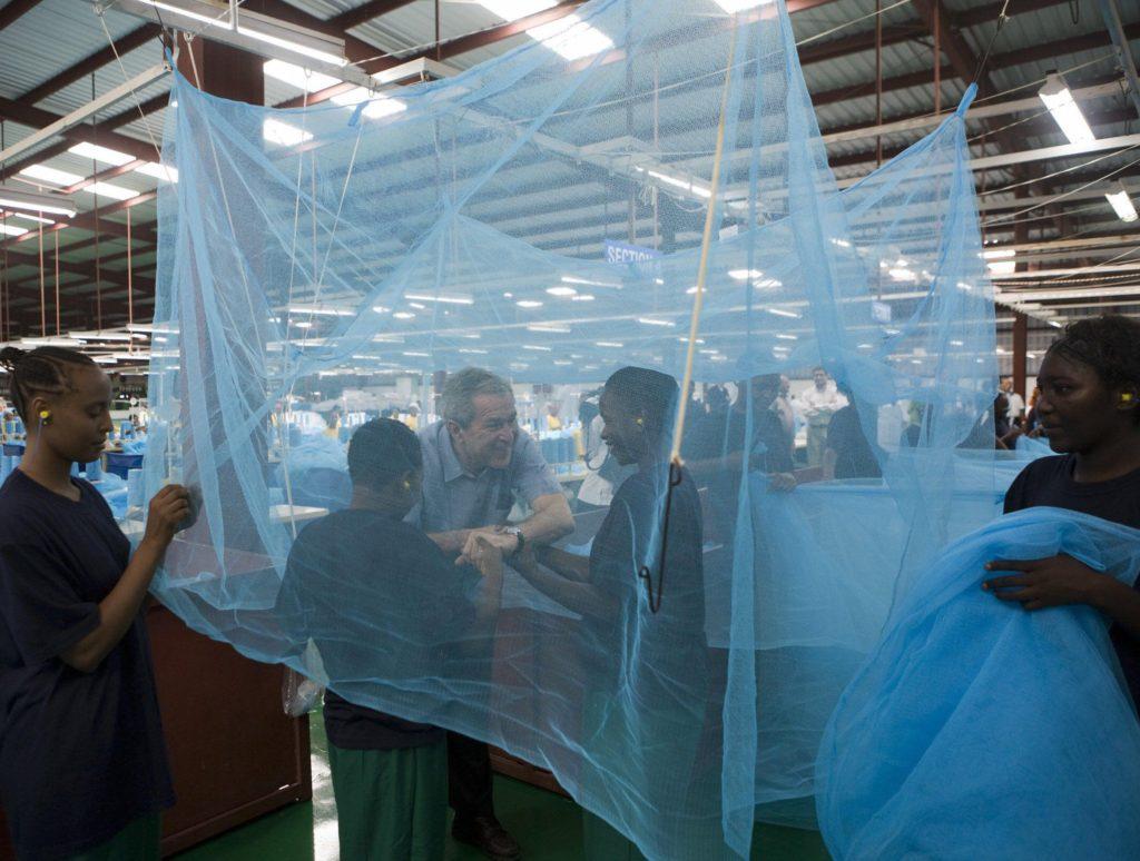 จอร์จ ดับเบิลยู. บุช อดีตประธานาธิบดีแห่งสหรัฐอเมริกา กับโครงการรณรงค์ให้คนรุ่นใหม่แทซาเนียนอนมุ้งเพื่อป้องกันโรคที่มียุงเป็นพาหะ (Photo : API)
