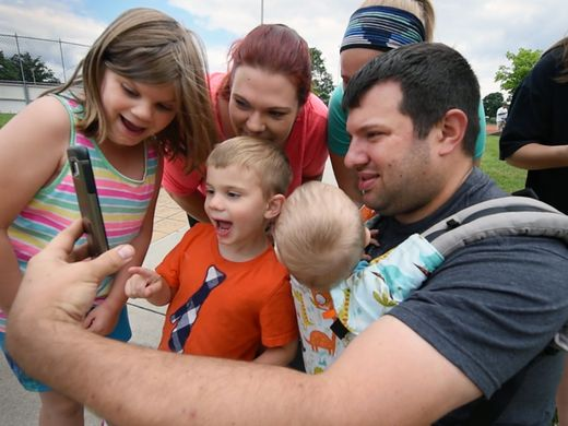 ครอบครัว Caron เล่น Pikemon Go ด้วยกัน มีรายงานว่าที่สวน Cousler ในเมือง York ทำให้ชาวบ้านญาติมิตรออกมามีปฏิสัมพันธ์กัน, ydr.com