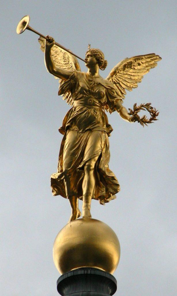 รูปปั้นเทวี Pheme/Fama บนหลังคาของคณะทัศนศิลป์ (Visual Art) แห่งมหาวิทยาลัย Dresden University รูปปั้นดังกล่าวปั้นเป็นเทพธิดาตามขนบ คือปีกไม่ได้ปกคลุมด้วยลิ้นและดวงตา ถือเพียงทรัมเป็ตเป็นสัญลักษณ์