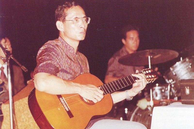 king-rama-ix-with-guitar