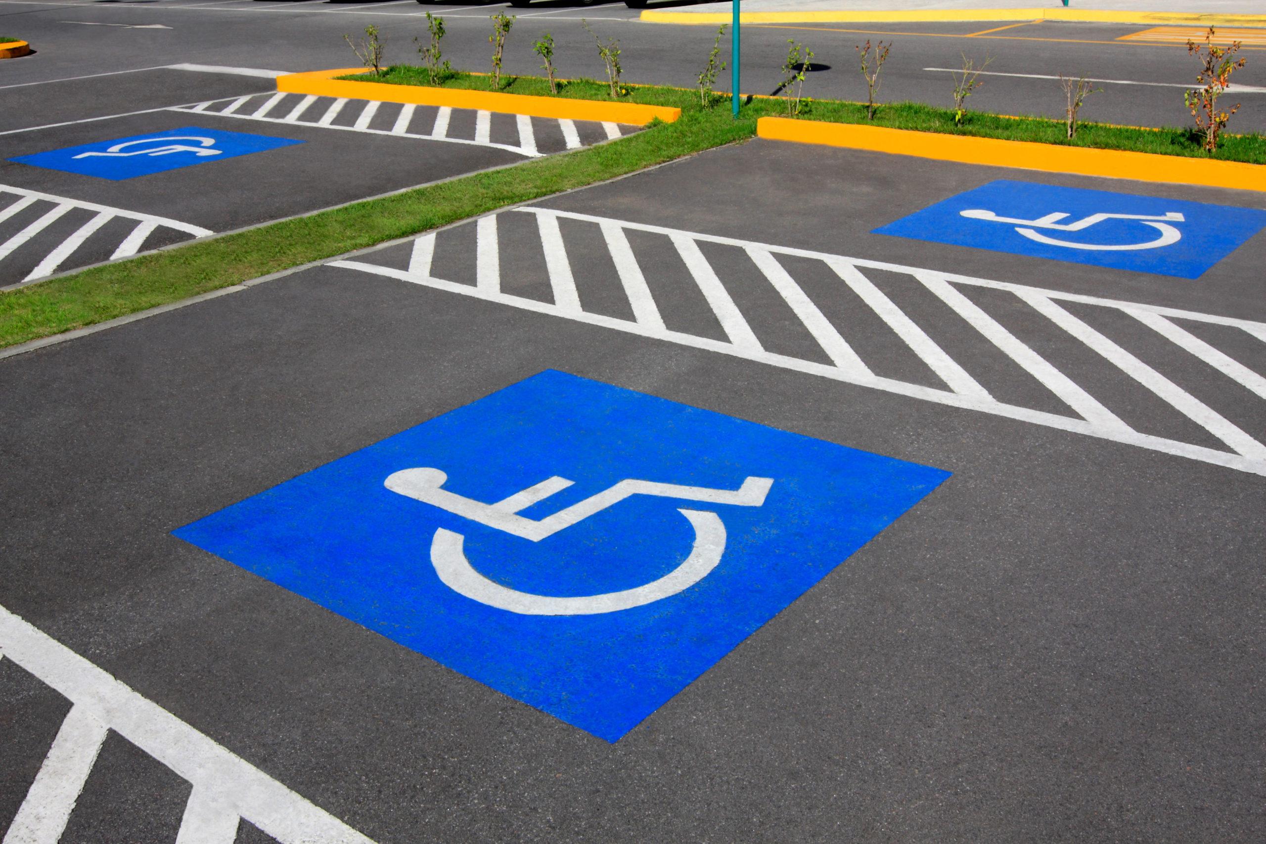 ไม่พิการ แต่จอดรถช่องคนพิการผิดไหม? เข้าใจสิทธิและการออกแบบที่จอดรถสำหรับทุก คน